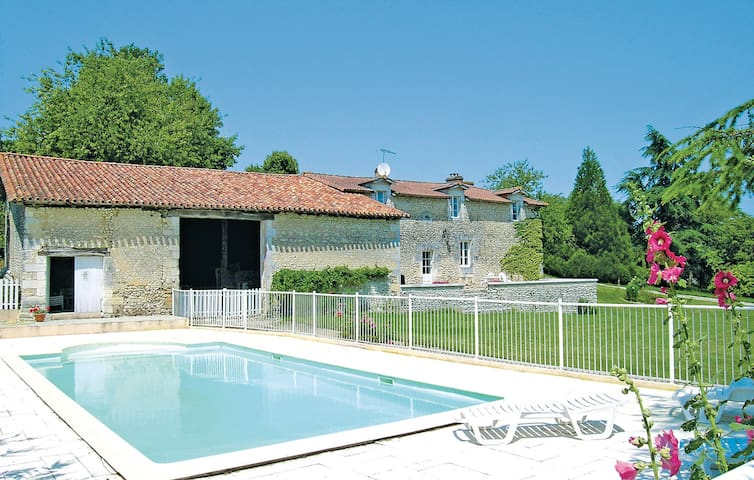 Holiday cottage with 4 bedrooms on 170m² in Bors de Montmoreau
