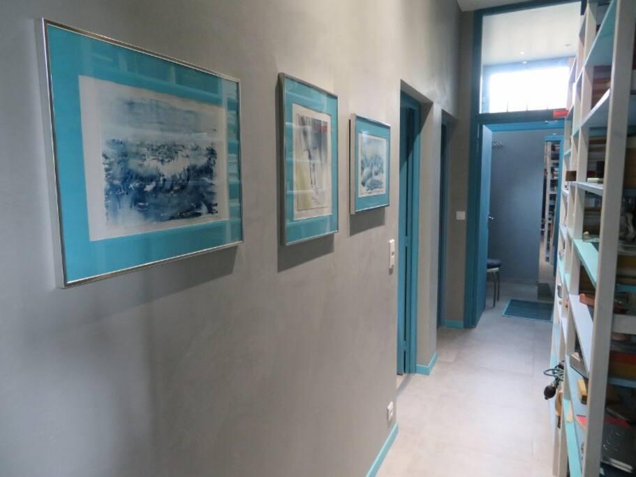 Couloir commun aux 2 chambres louées Salle d'eau en face WC à gauche