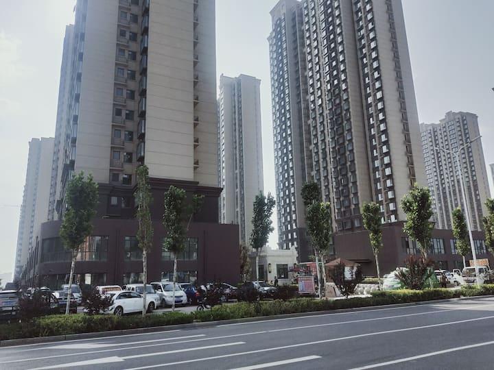 【和家民宿】景点周边,三晋乐园旁,绵秀园B区大飘窗两居室