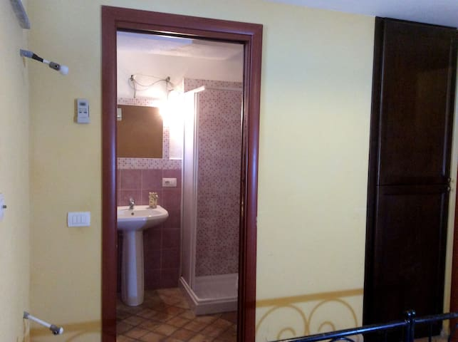 Private bathroom by small Bedroom - Bagno privato camera da letto piccola