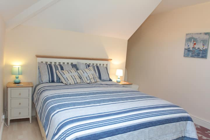 Spacious room with full bathroom and King-size bed