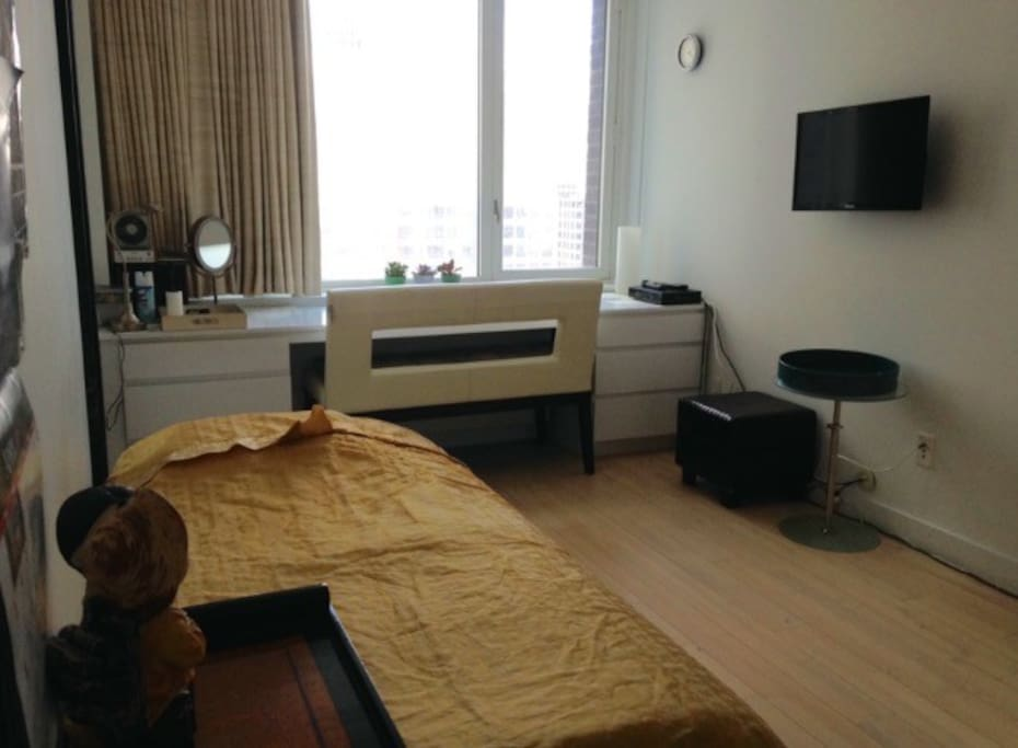 guest room with a twin bed, picture 1