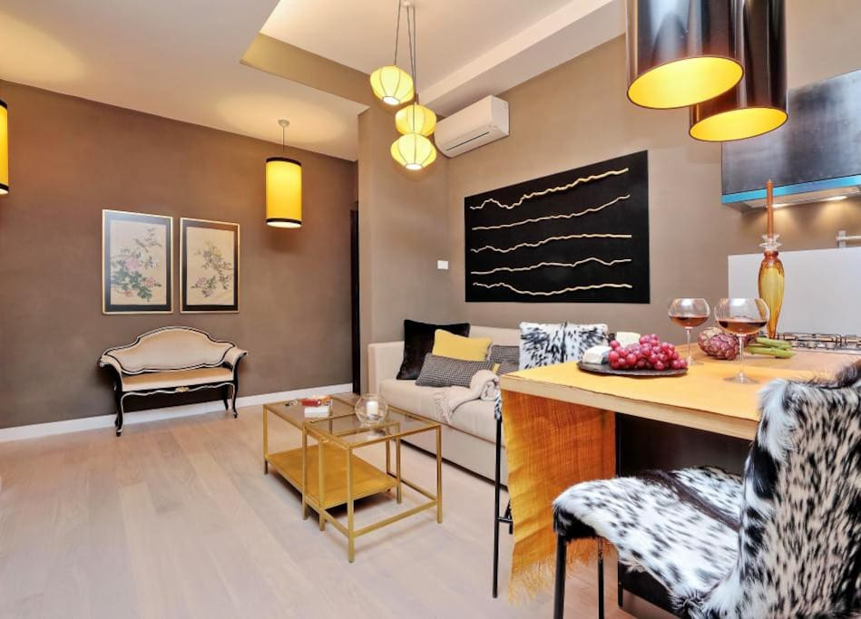 he living and dining area is fitted out with chic light fixtures, tasteful wall hangings, a sofa, a coffee table, breakfast bar and a dining table. A microwave, hob, fridge, freezer, toaster, kettle and a coffee machine are at your disposal for preparing tasty meals during your stay.