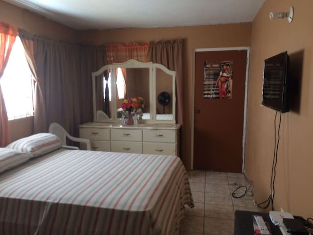 COZY SPACIOUS ROOM,HOME AWAY FROM HOME - Portmore - Ev