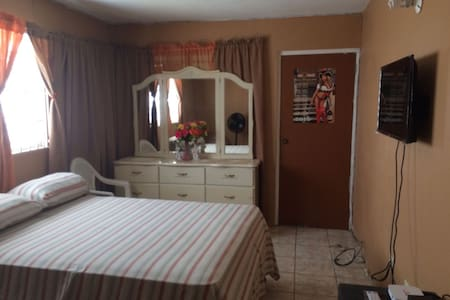 COZY SPACIOUS ROOM,HOME AWAY FROM HOME - Portmore - Talo