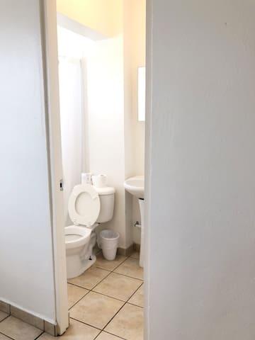 Vista al baño. El mismo cuenta con ducha, toilette y lavamanos.