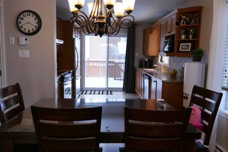 Maison en Montérégie, 5 chambres beau quartier - Saint-Césaire - House - 2