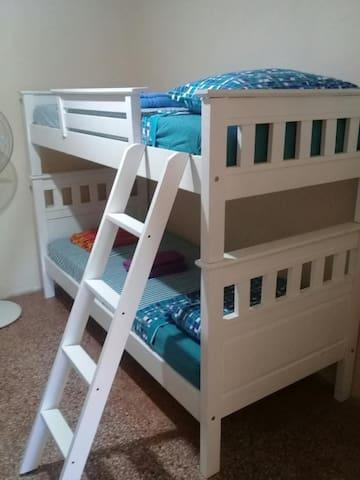Dormitorio (3) 2 Camas cuchetas dobles para los chicos. Puede comunicarse con el Dormitorio  O dejar cerrada la puerta y ser totalmente independiente.