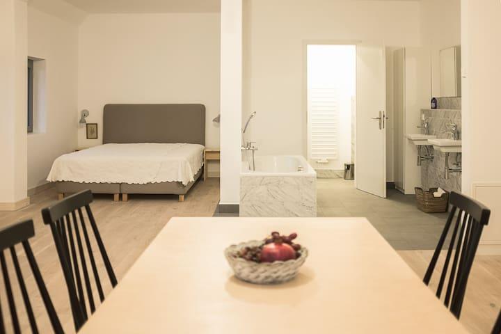 Schlafbereich und Badezimmer
