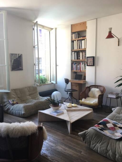La pièce à vivre , éclairée  par trois grandes fenêtres