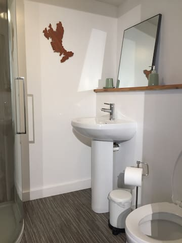 Shower, sink and toilet with toilet roll and hand soap. Shampoo, conditioner and body wash provided. JUST PUT TOILET PAPER IN TOILET. ANYTHING ELSE WILL BREAK THE SYSTEM ( Macerator Pump). NO WIPES OR ANY MATERIAL STRICTLY FORBIDDEN.