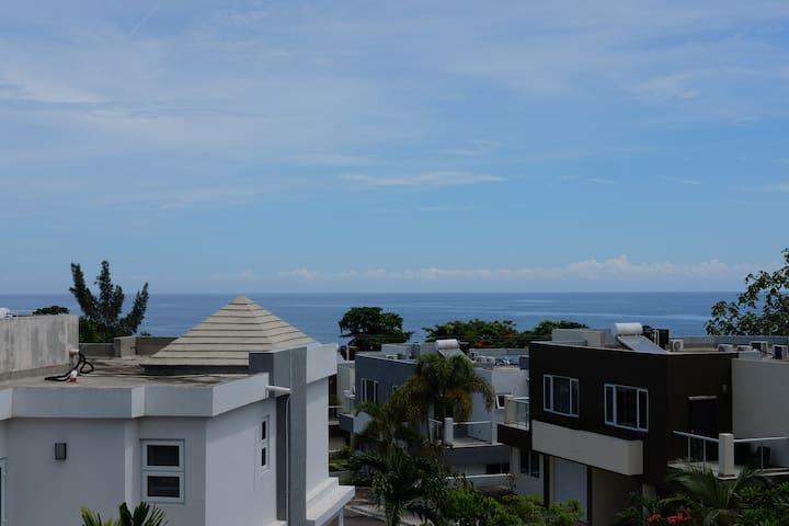 Irie No 16 at Miramar, spacious 2 bed/ocean views