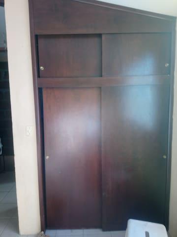 El cuarto tiene closet para guardar tus cosas