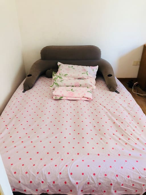 床单被单一客一换 the beddings will be changed before you come 空气床垫 air mattress