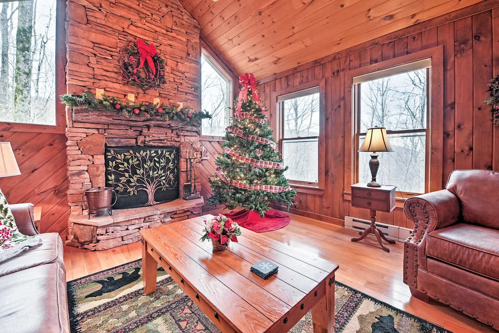 6 guests can gather around the warm fireplace and share stories and laughter.