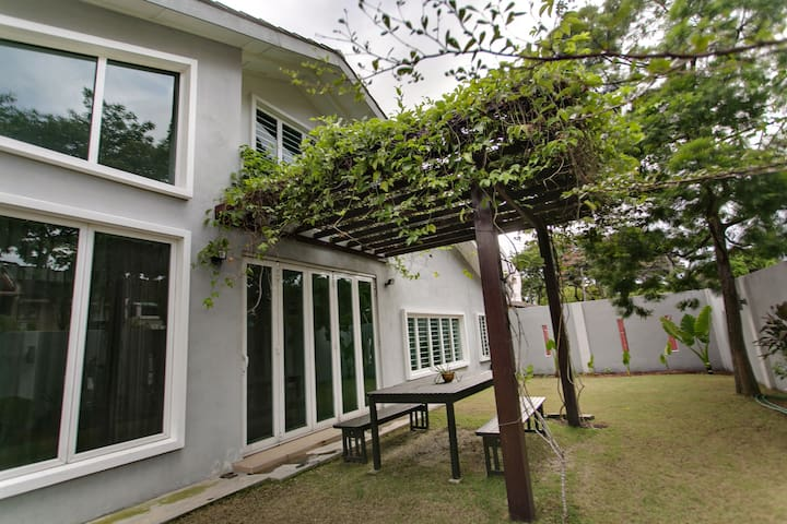 Modern Sanctuary in PJ, very near LRT & shops - Petaling Jaya - House