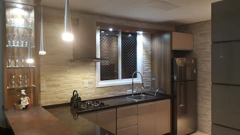 Apartamento moderno, confortável e muito equipado.