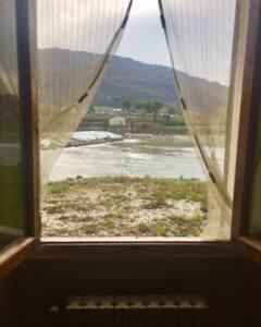 Un bilocale sull'Arno a 11 km da Firenze