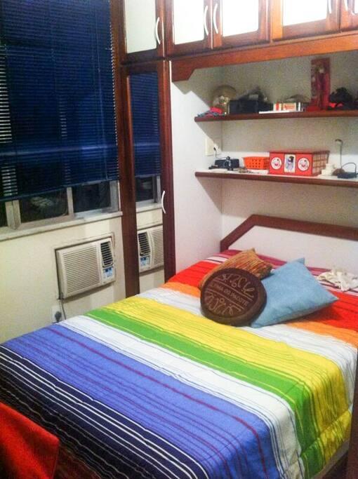 Quarto com cama de casal, 3 espelhos, ar condicionado e armários.