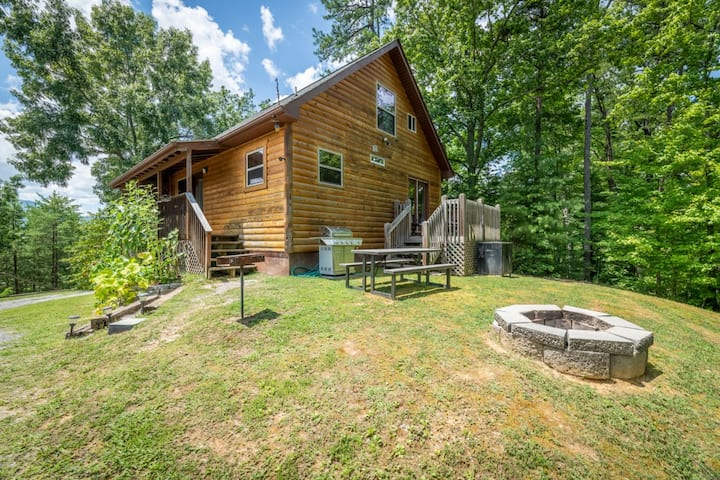 Cozy cabin close to town with a hot tub, and pool table