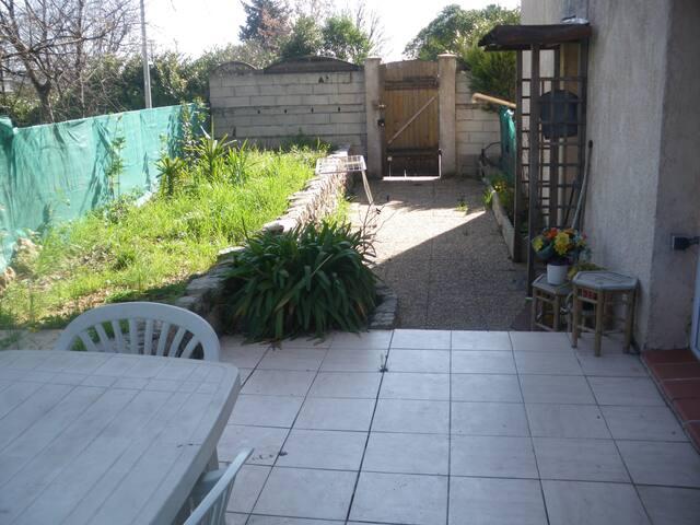 charmant 2P avec terrasse et jardinet .