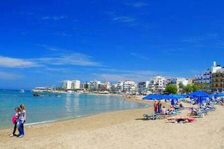 Steps to Nea Chora beach,Angela apt1,10' to cente