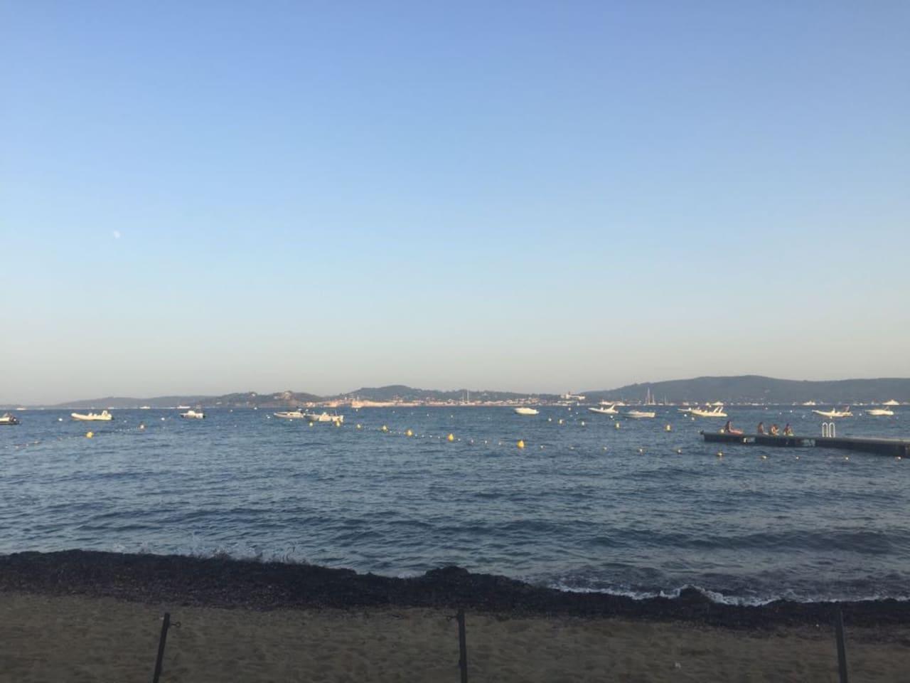 vue de la plage sur st tropez