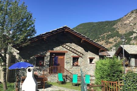 In tipico villaggio di montagna - Challand-saint-anselme