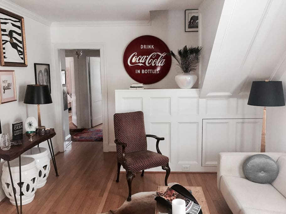 Foyer/Sitting Room - Comfortably seats 6...8 if you pull the stools out!