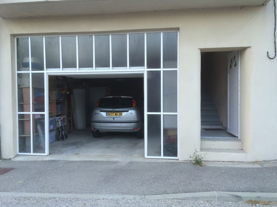 Garage et porte d'entrée accès appartement (17 marches)