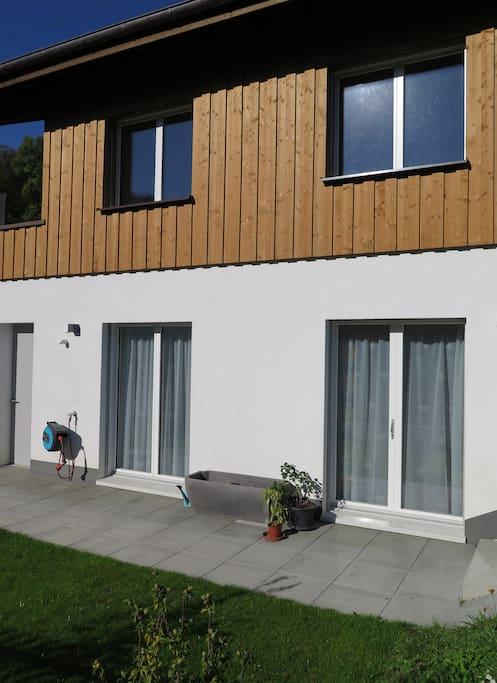 Terrasse und Zugang zur Einliegerwohnung