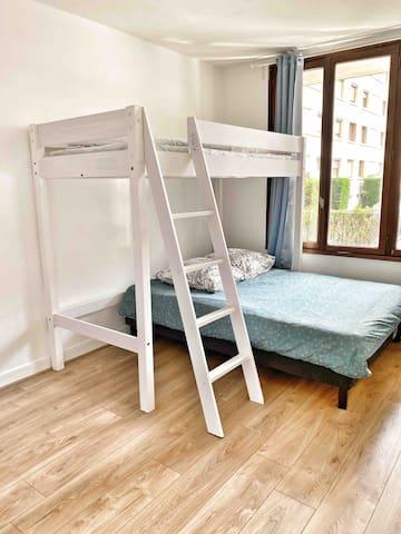 Chambre  avec 1 lit double 140 cm + 1 lit simple en mezzanine adapté aux enfants comme aux adultes.