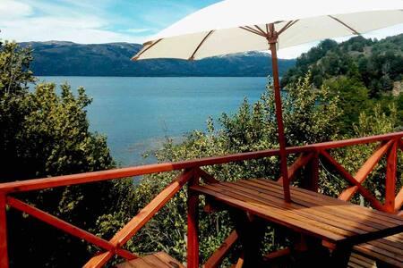 Cabañas sobre el Lago Aluminé para 5 personas.