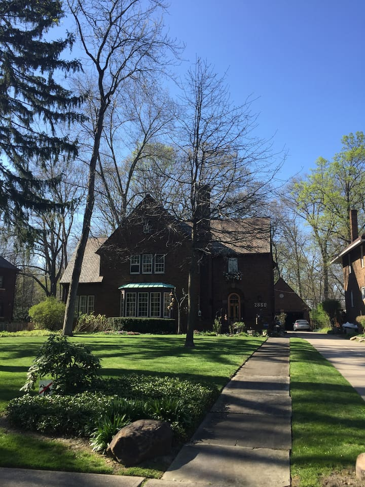 Classic Cleveland Heights historic home close to University Hospital, CLE Clinic, CWRU & University Circle.