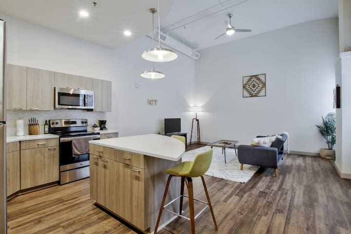 New Downtown Lux Loft + Pool + Valet