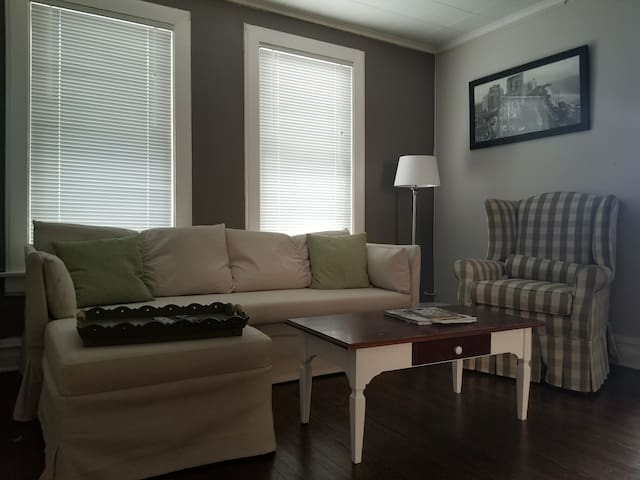 PRIVATE 2nd Floor 15 Minutes From O'hare!