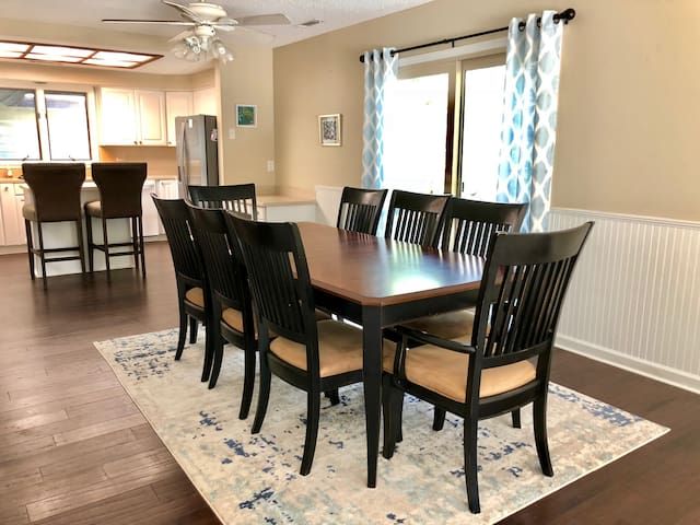 Dining area, with seating for 8