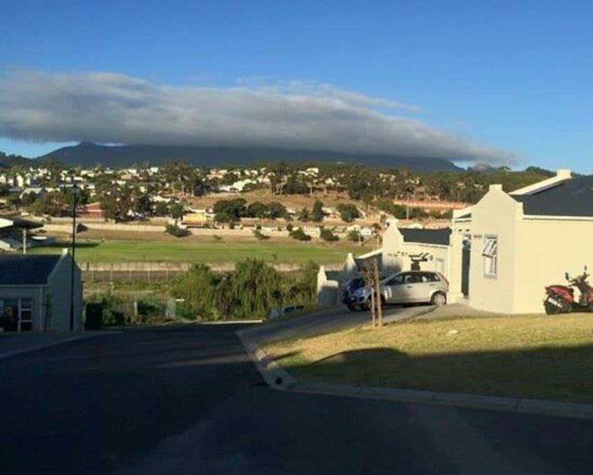 The estate and the mountain view :) die Berge Richtung Paarl