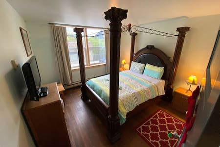 Queen bed room with privat bath and kitchen  110.-