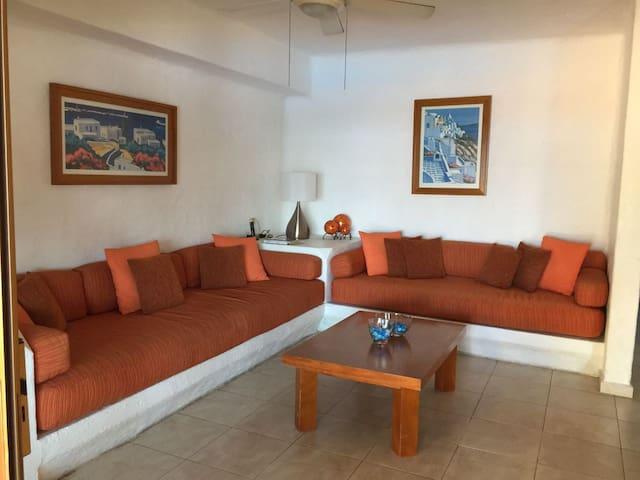 Sala con televisión con cable y AC.  Dos personas pueden dormir en esta área (Planta Baja).
