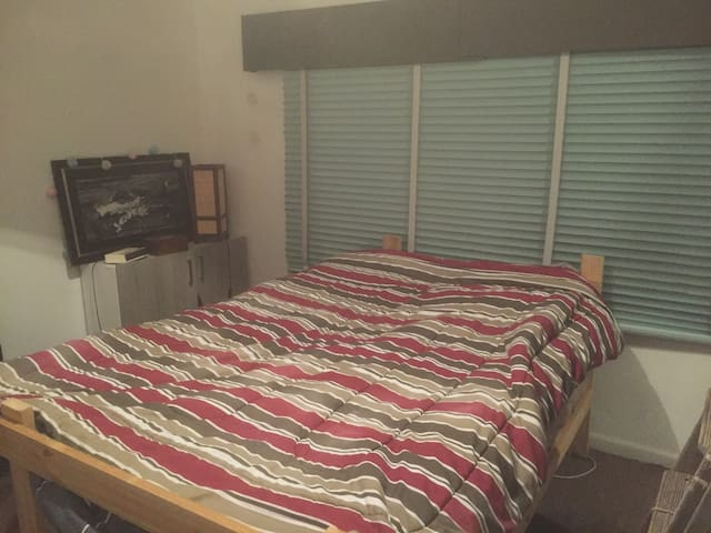 Cool double bedroom fully furnished - Coburg North - บ้าน