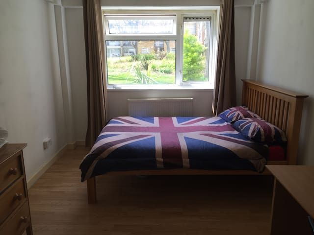 Large Double Room - Teddington