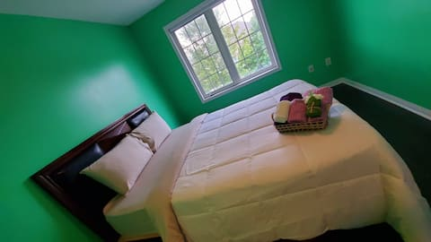 Beautiful private queens room on airport road!!!
