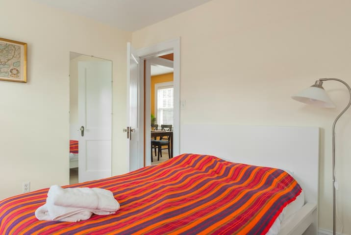 Quiet room in a beautiful apartment-red line Tstop