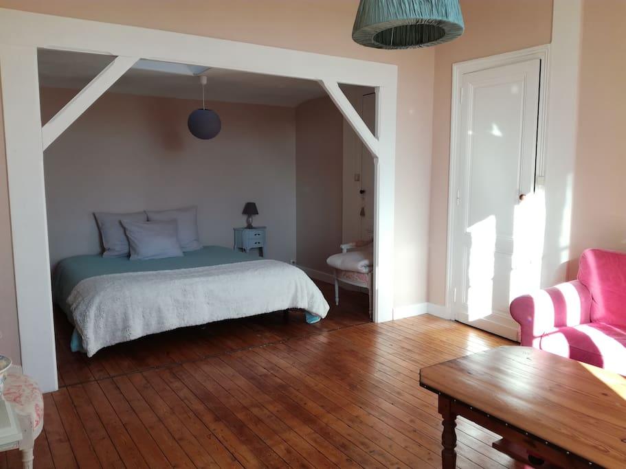 Chambre rose (côté lit)