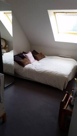 Un lit a barreau se trouve également dans la chambre