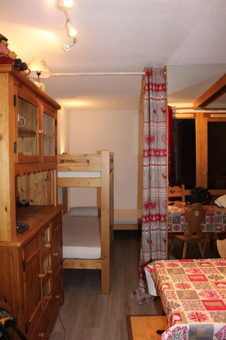 Coin nuit avec  lit simple et lits superposés