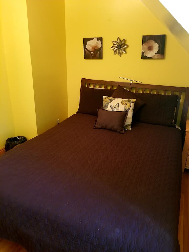Petite chambre, agréable et reposante, Tournesol