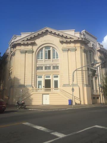 APARTAMENTO CENTRAL FRENTE THERMAS - Poços de Caldas - Huoneisto