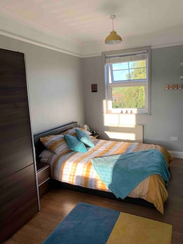 Large double room in family house in Durrington